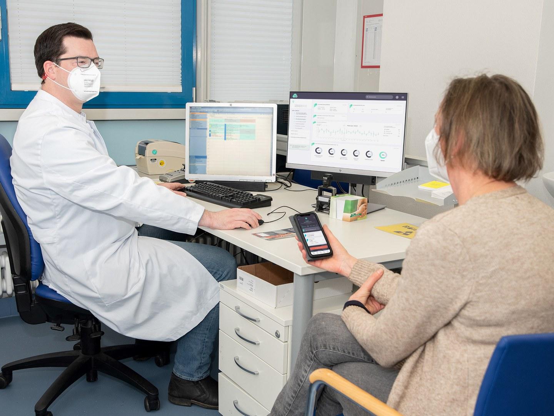 Pilotprojekt - Digitales Versorgungsmodell begleitet Patienten individuell in der Vorbereitung zum operativen Gelenkersatz: