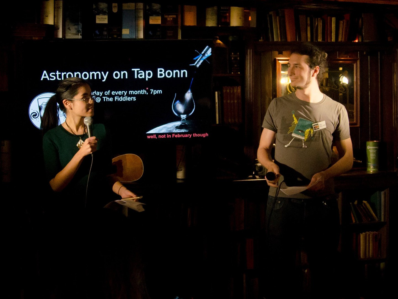 "Astronomen bei ""Astronomy on Tap Bonn"" im Fiddlers."