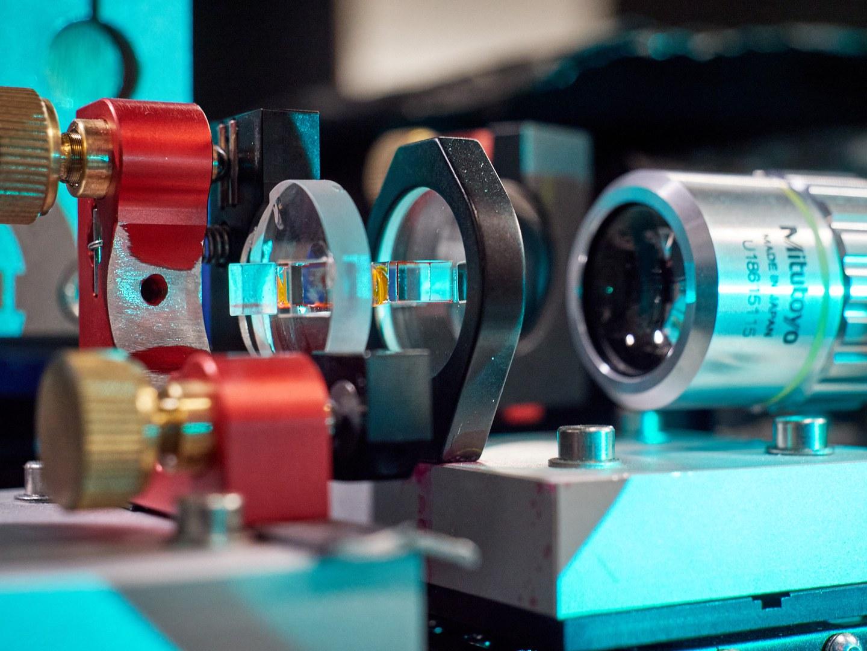 Der mit Farbstofflösung (gelb) gefüllte optische Mikroresonator.