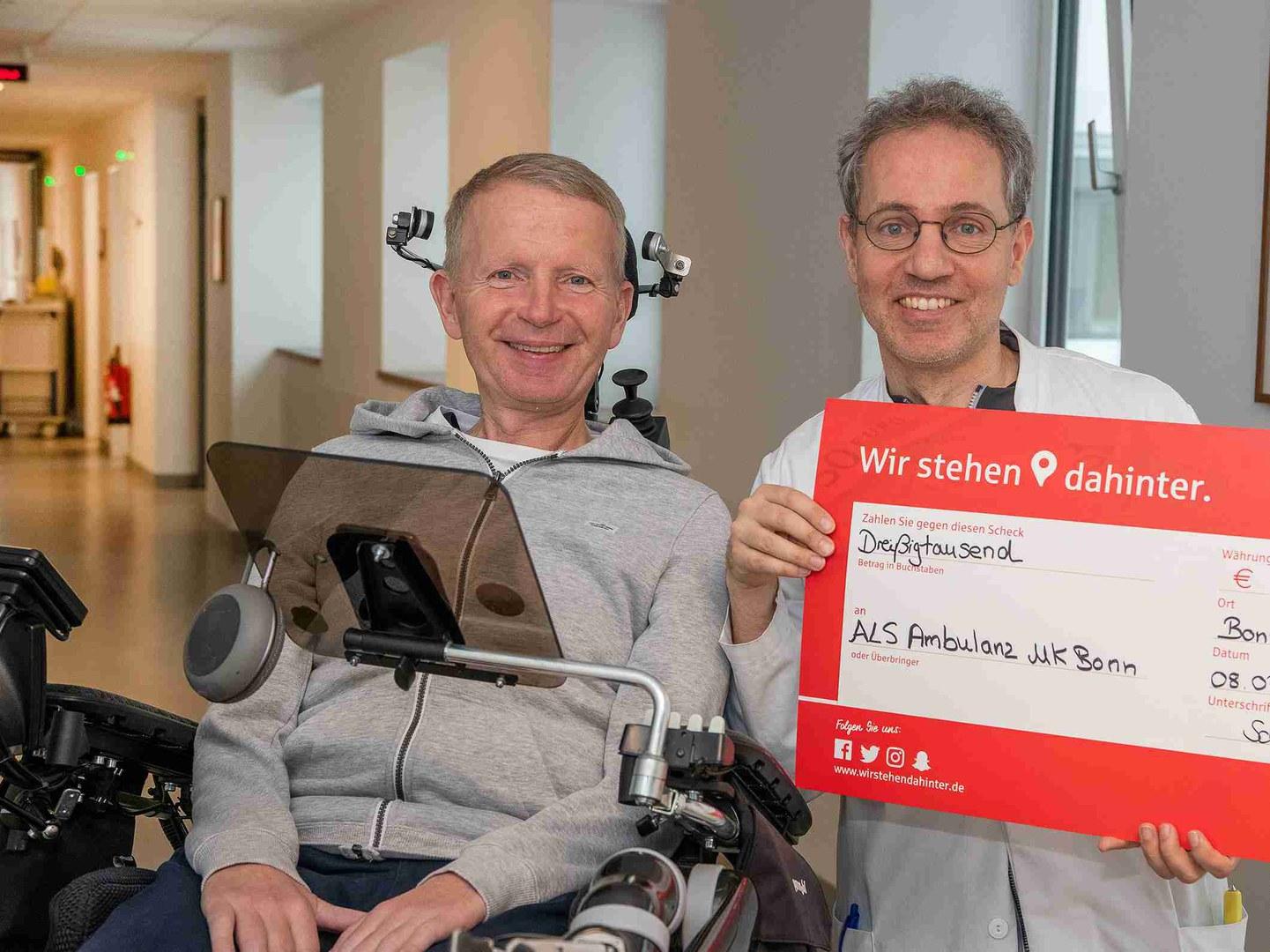 """Mit 30.000 Euro unterstützt der Verein """"Alle-Lieben-Schmidt"""" die Versorgung von ALS-Patienten am Universitätsklinikum Bonn:"""