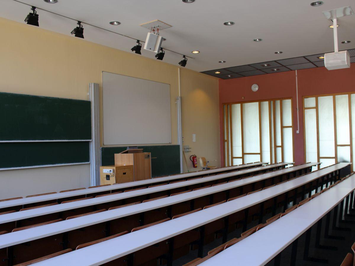 Leerer Hörsaal im Juridicum