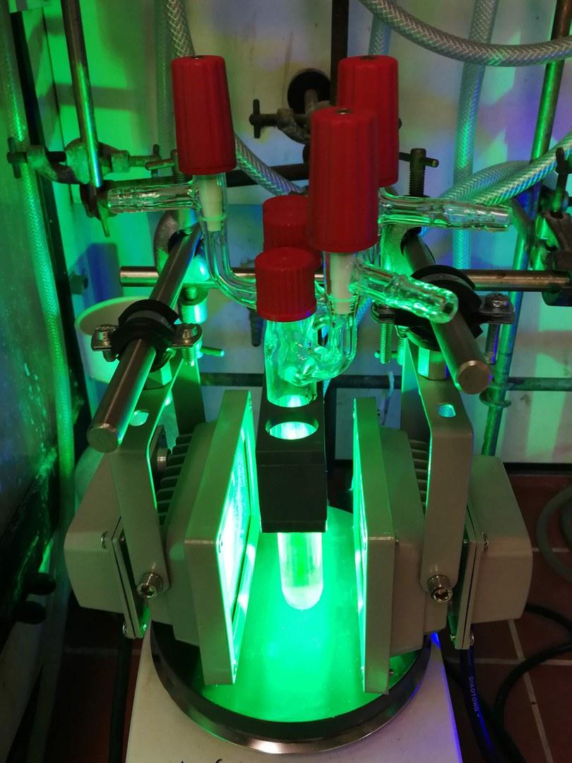 Kolben mit dem Titan-Katalysator und dem roten Farbstoff,