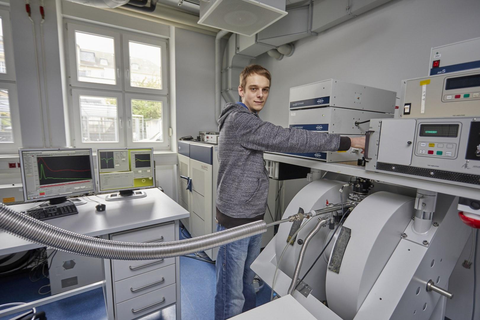Tobias Hett, einer der Autoren der Studie, vor dem Spektrometer,
