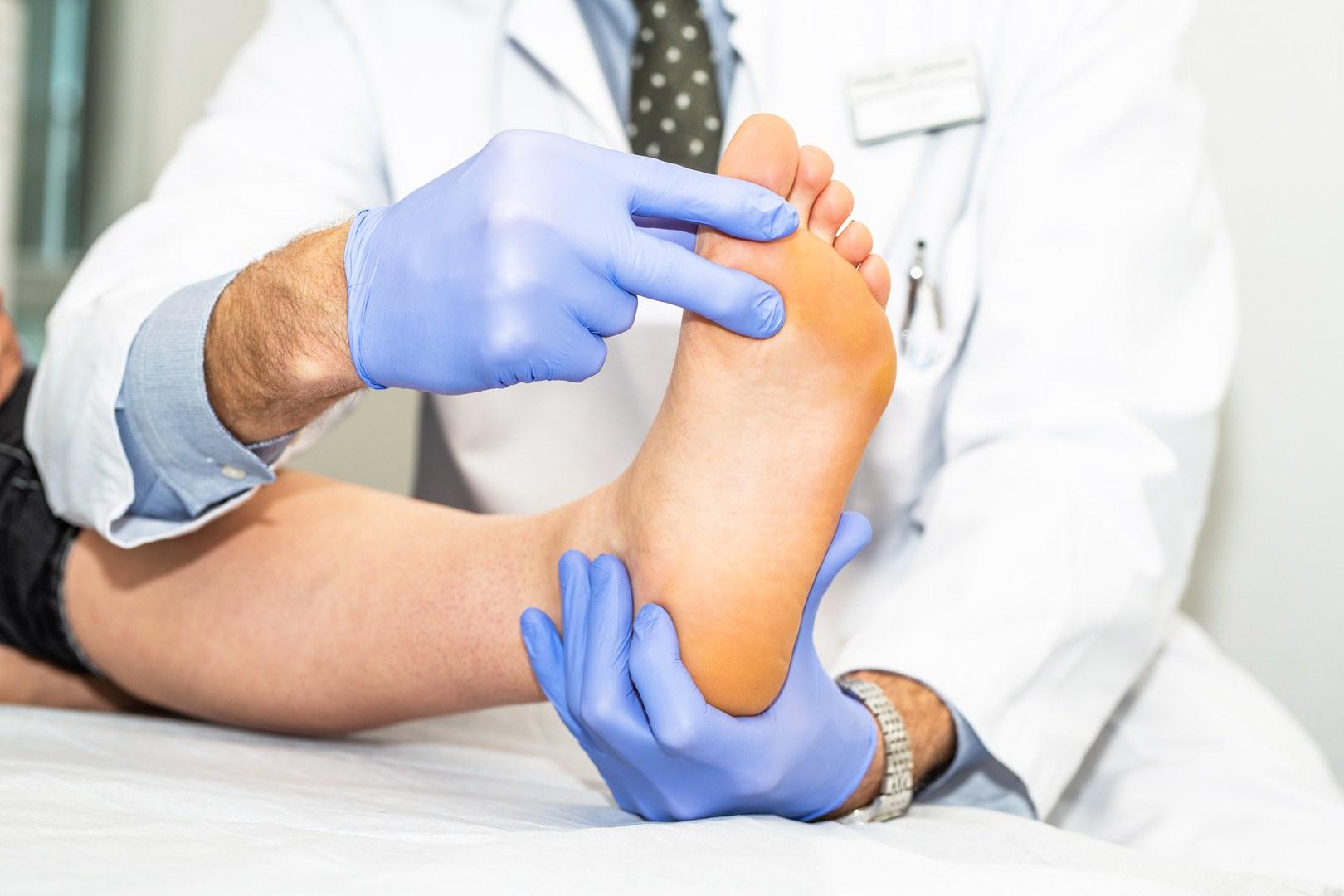 Orthopädische Untersuchung beim Fußspezialisten: