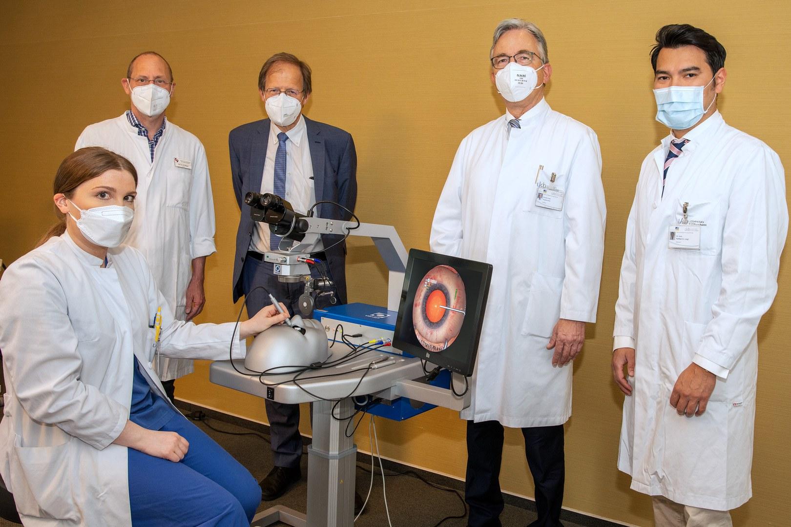 Neuer Augen-OP-Simulator an der Augenklinik des Universitätsklinikums Bonn für die Lehre in Betrieb genommen: