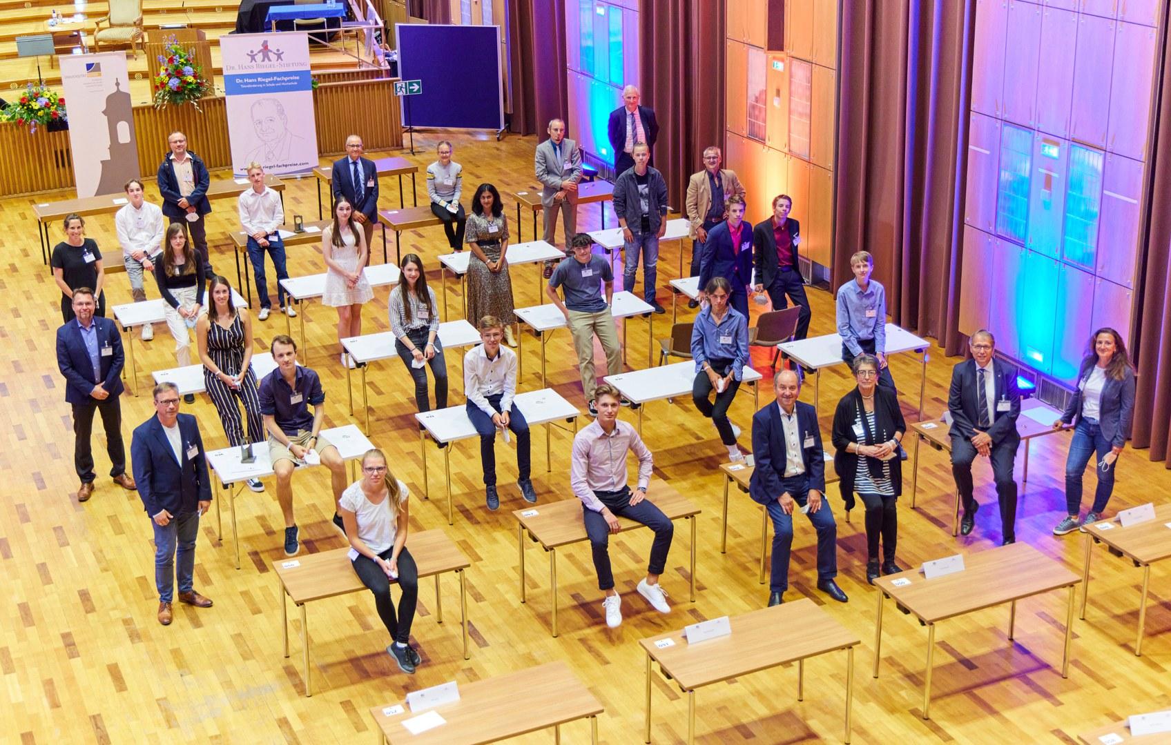 Preisträger:innen mit Vertretungen der Dr. Hans Riegel-Stiftung und der Universität Bonn sowie den Fachgutachter:innen
