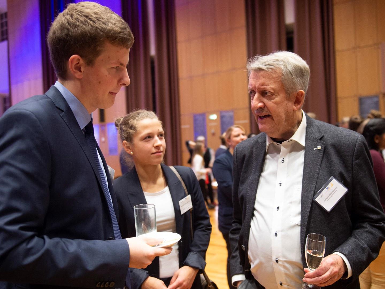 Prof. Rolf Lessenich im Jahr 2018 im Gespräch mit Studierenden,