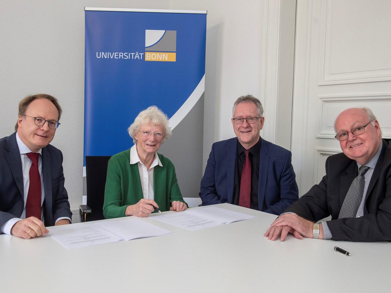Prof. Dr. Dr. h.c. Sigrid Peyerimhoff unterzeichnete im Jahr 2019 den Vertrag zur Errichtung des Stiftungsfonds