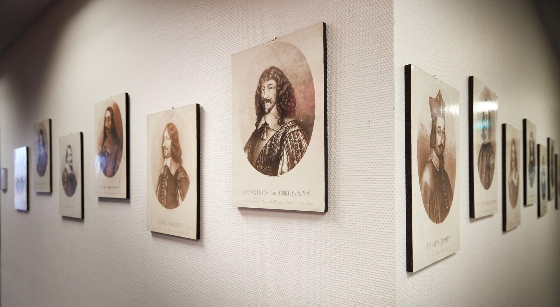 Portraits von Teilnehmern des Westfälischen Friedenskongresses hängen im Flur des ZHF