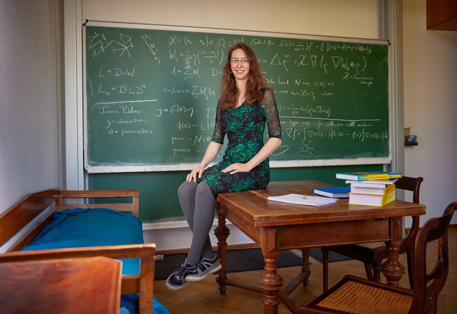 Prof. Dr. Franca Hoffmann liebt Veränderung, findet in ihrem Büro an der Uni Bonn aber einen Anker – mit den Möbeln ihrer Großeltern.