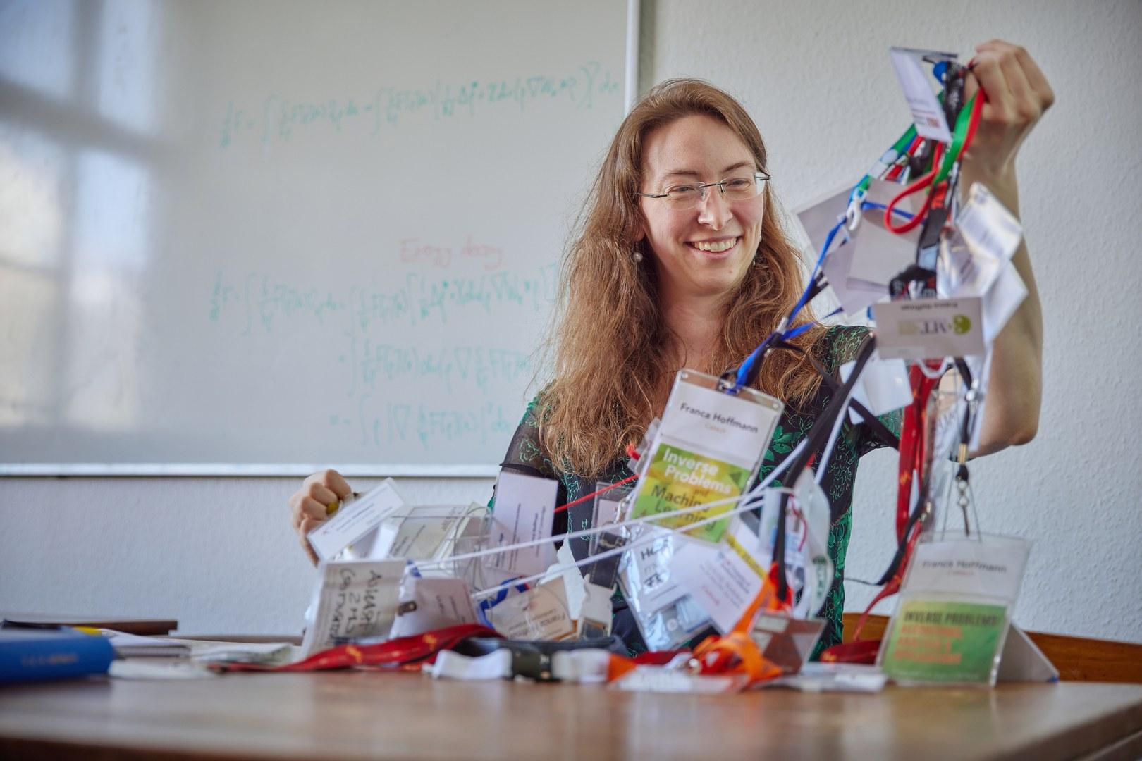 Gesammelt auf der ganzen Welt: Franca Hoffmann hat Teilnehmerschilder von den unterschiedlichsten Konferenzen mit nach Bonn gebracht.