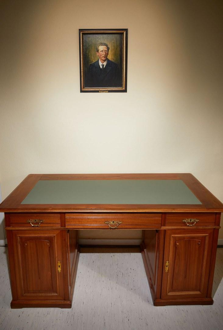 Restaurierter Schreibtisch am neuen Ort