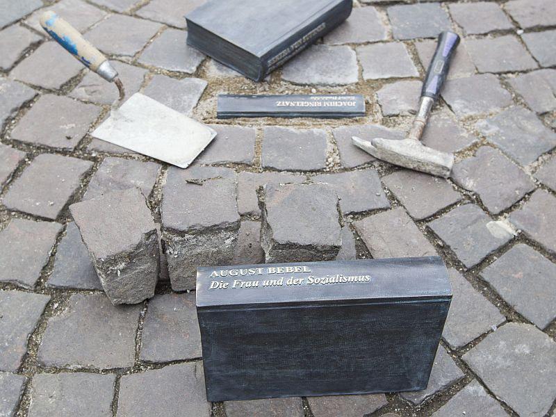 """Literarische """"Stolpersteine"""" auf dem Marktplatz"""