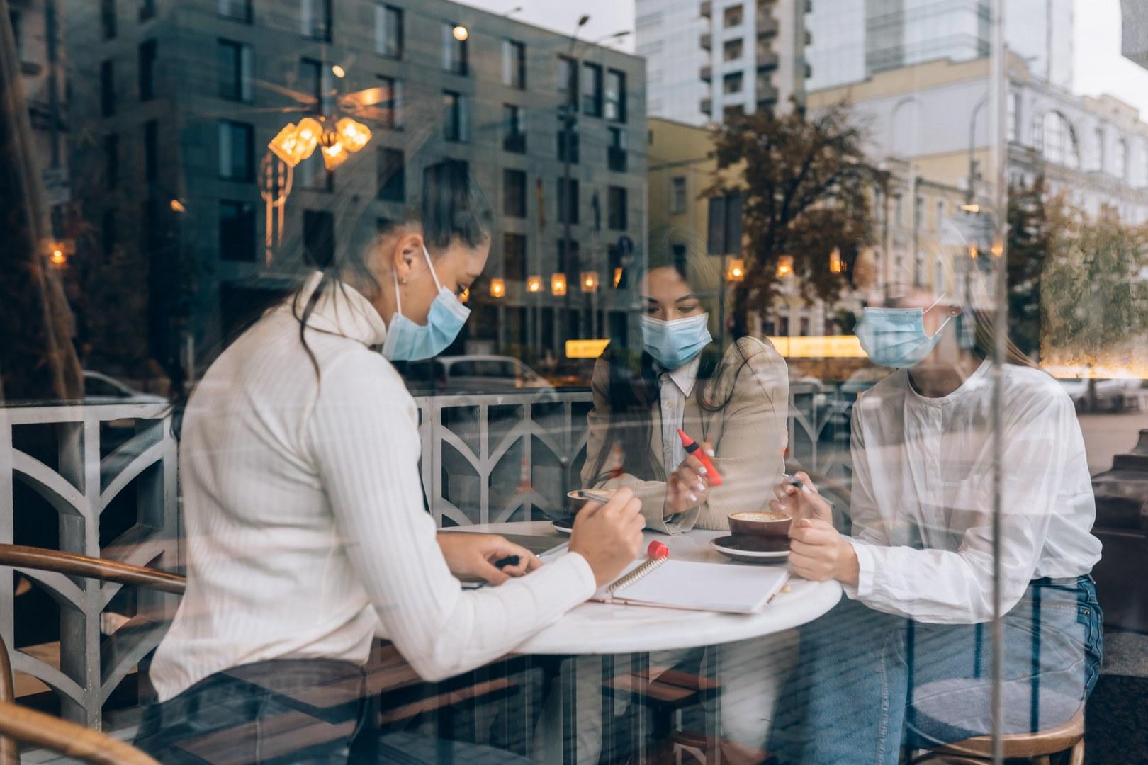 Welche Faktoren beeinflussen die Virusausbreitung auf biomedizinischer und sozioökonomischer Ebene?