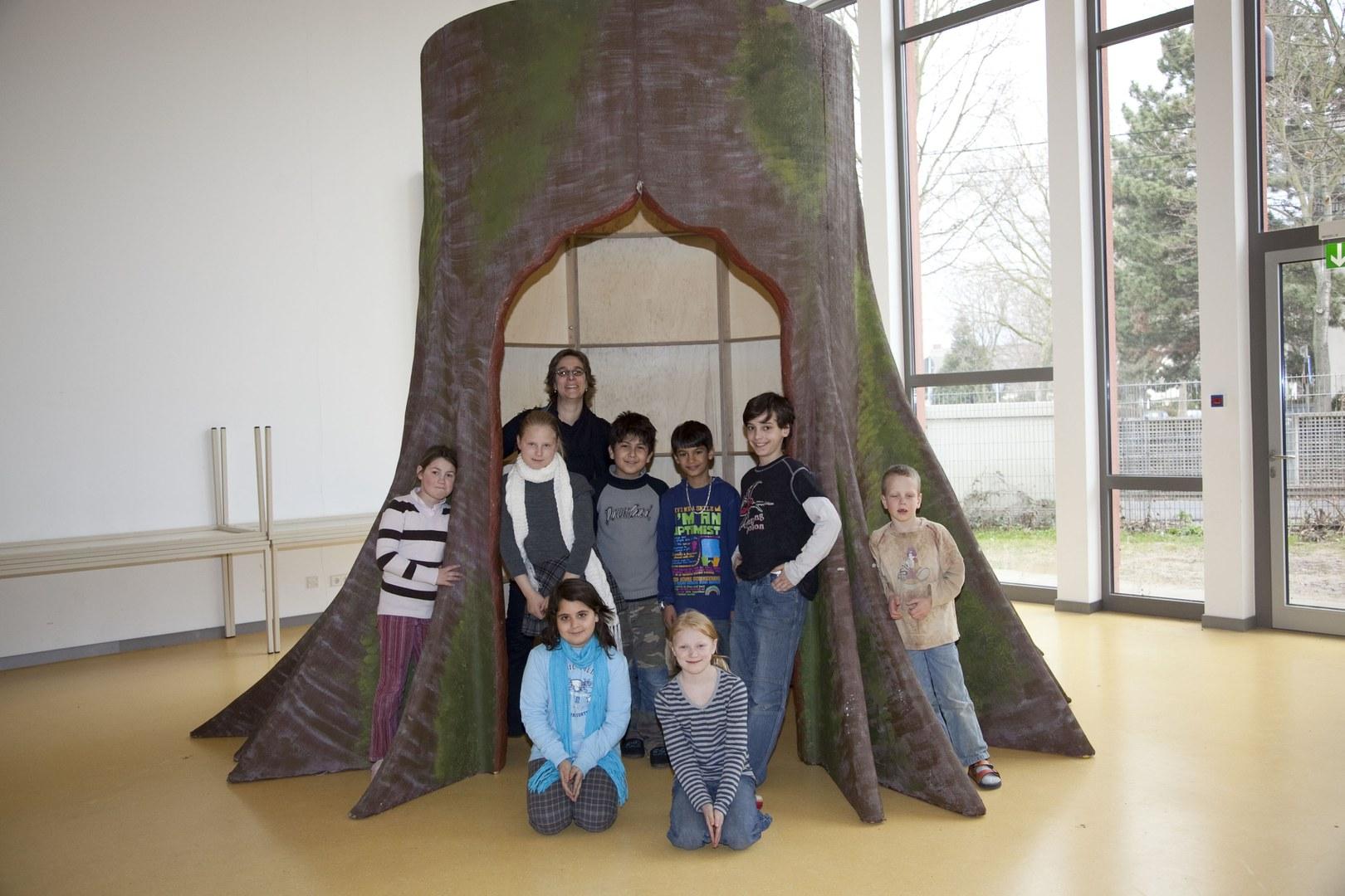 Bild Ausstellungsbaum lädt zum Erforschen ein