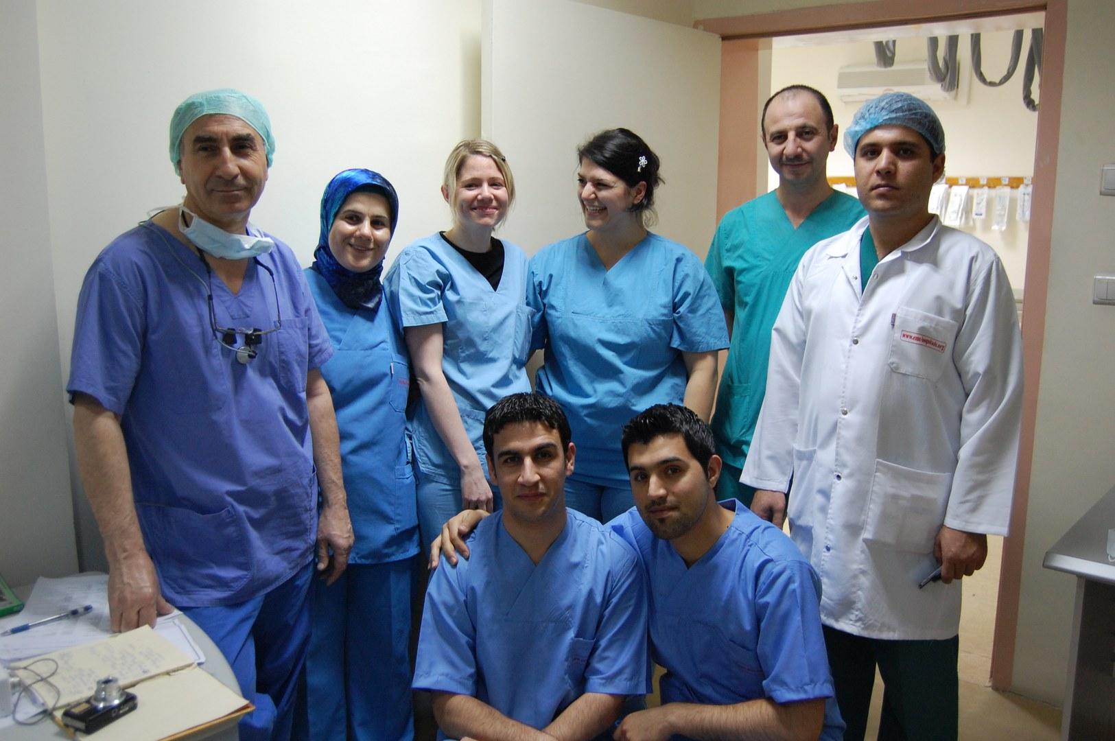 Das Bonner Team mit seinen Kollegen aus dem Hawler Cardiac-Center in Erbil. (Dr.Bahman Esmailzadeh 1.v li, Tanja Kömpel (3. v li), Eva Maria Seibel (4. v li)