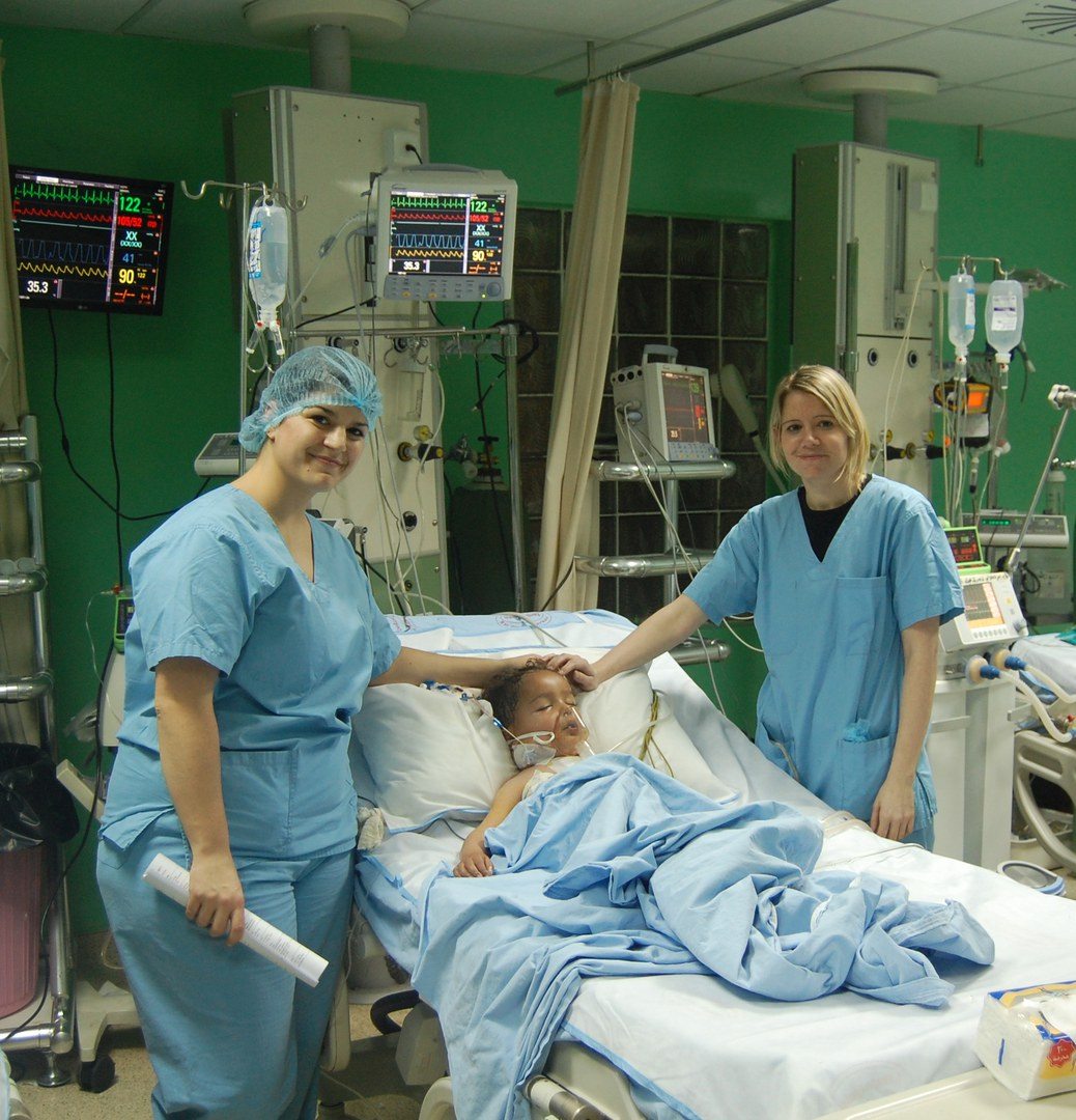 Die Kinderkrankenschwestern Eva Maria Seibel (li) und Tanja Kömpel (re) kümmern sich vor und nach der OP um herzkranke Kinder