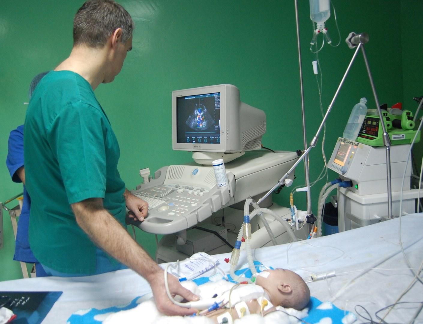 Professor Breuer untersucht in Erbil einen kleinen Patienten