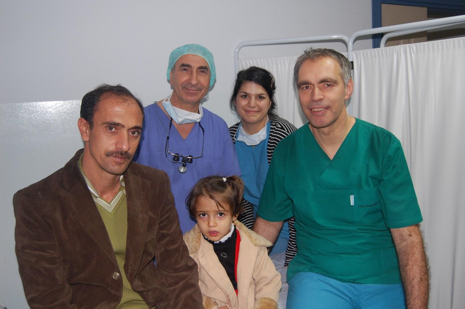 Sheneye (Mitte) und ihr Vater (ganz links) hoffen auf eine Operation in Deutschland