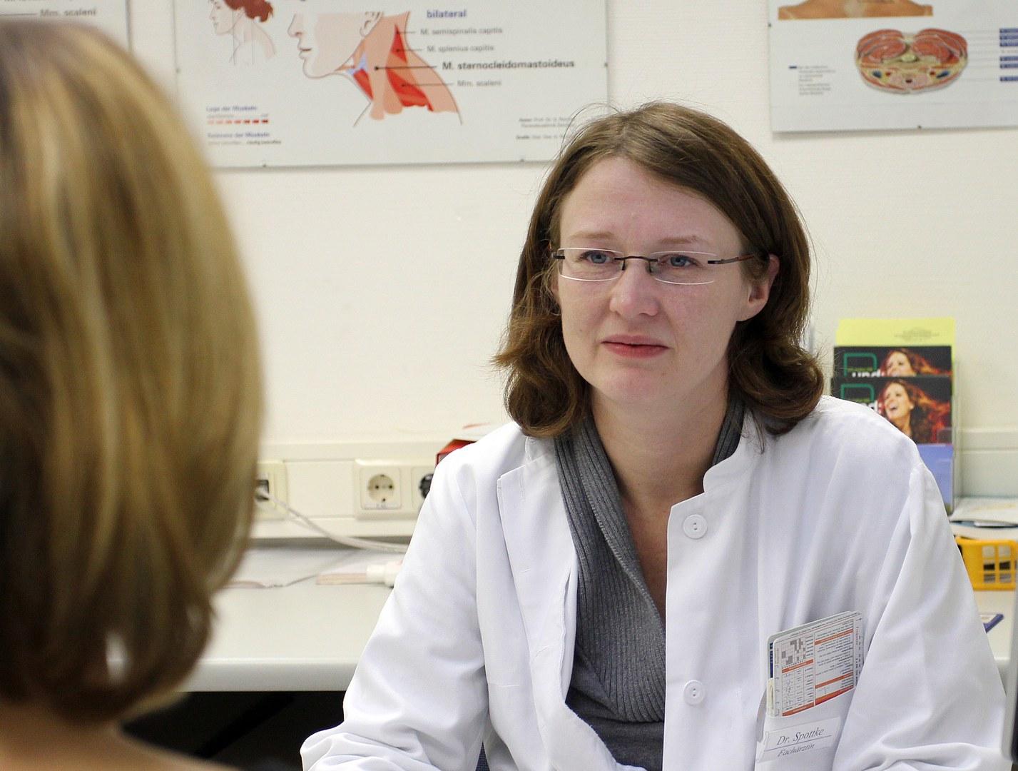 Neurologin Dr. Annika Spottke im Gespräch mit einer Patientin