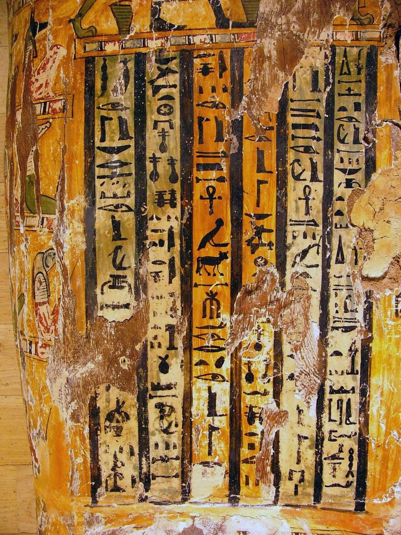 Sargdeckel mit Hieroglyphen