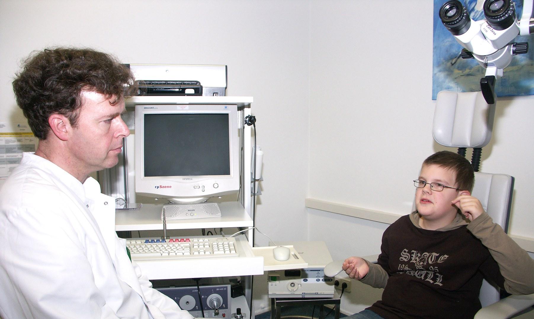 Professor Schade im Gespräch mit seinem Patienten Max