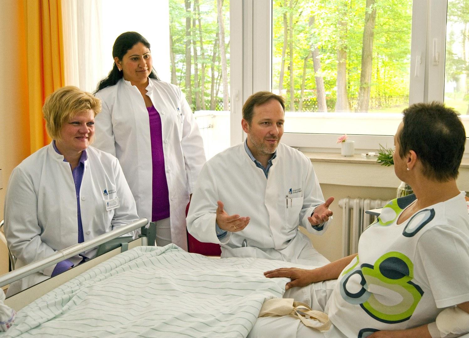 Das Palliativ-Team im Gespräch mit einer Patientin: