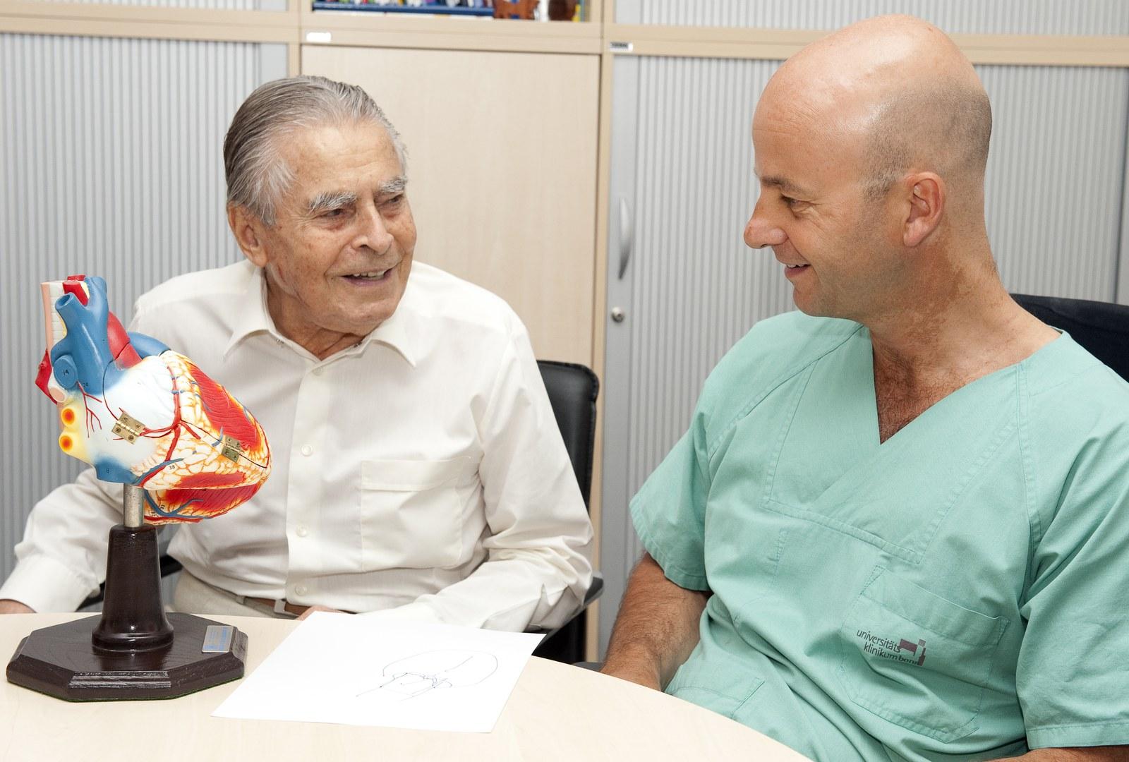 Professor Nickenig (re) im Gespräch mit seinem Patienten Kurt H. (li).