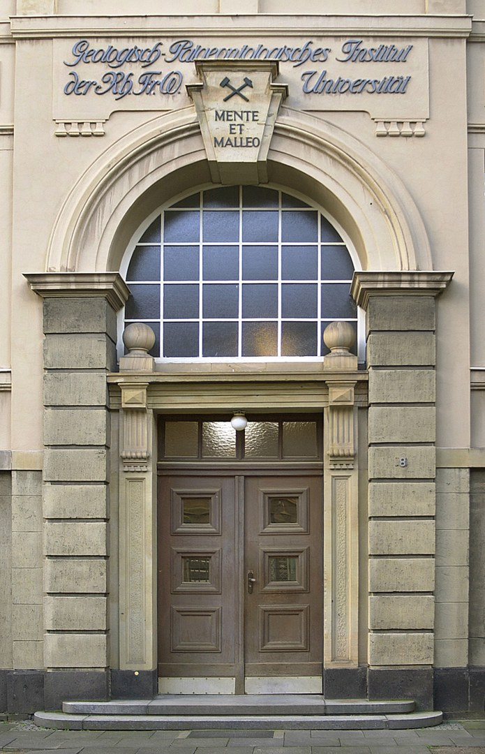 Eingang zum Steinmann-Institut:
