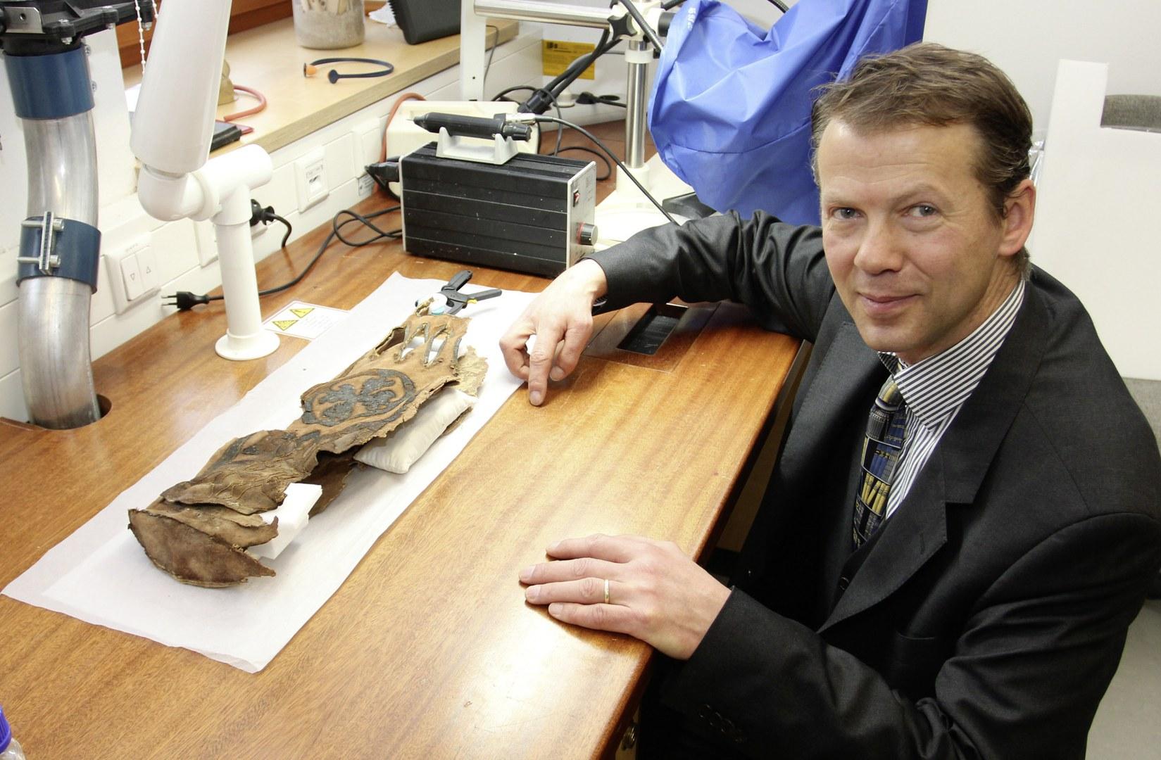 Prof. Dr. Jan Bemmann mit einem Lederköcher: