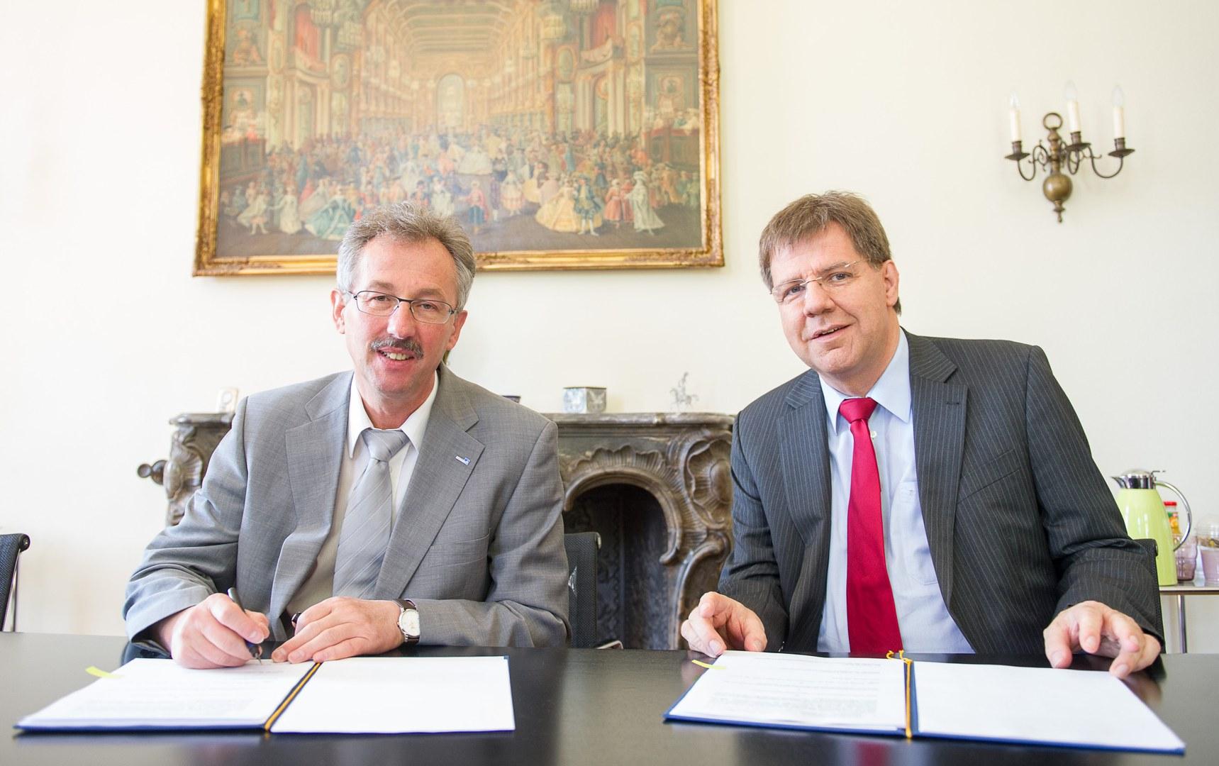 Unterzeichnen den Kooperationsvertrag: