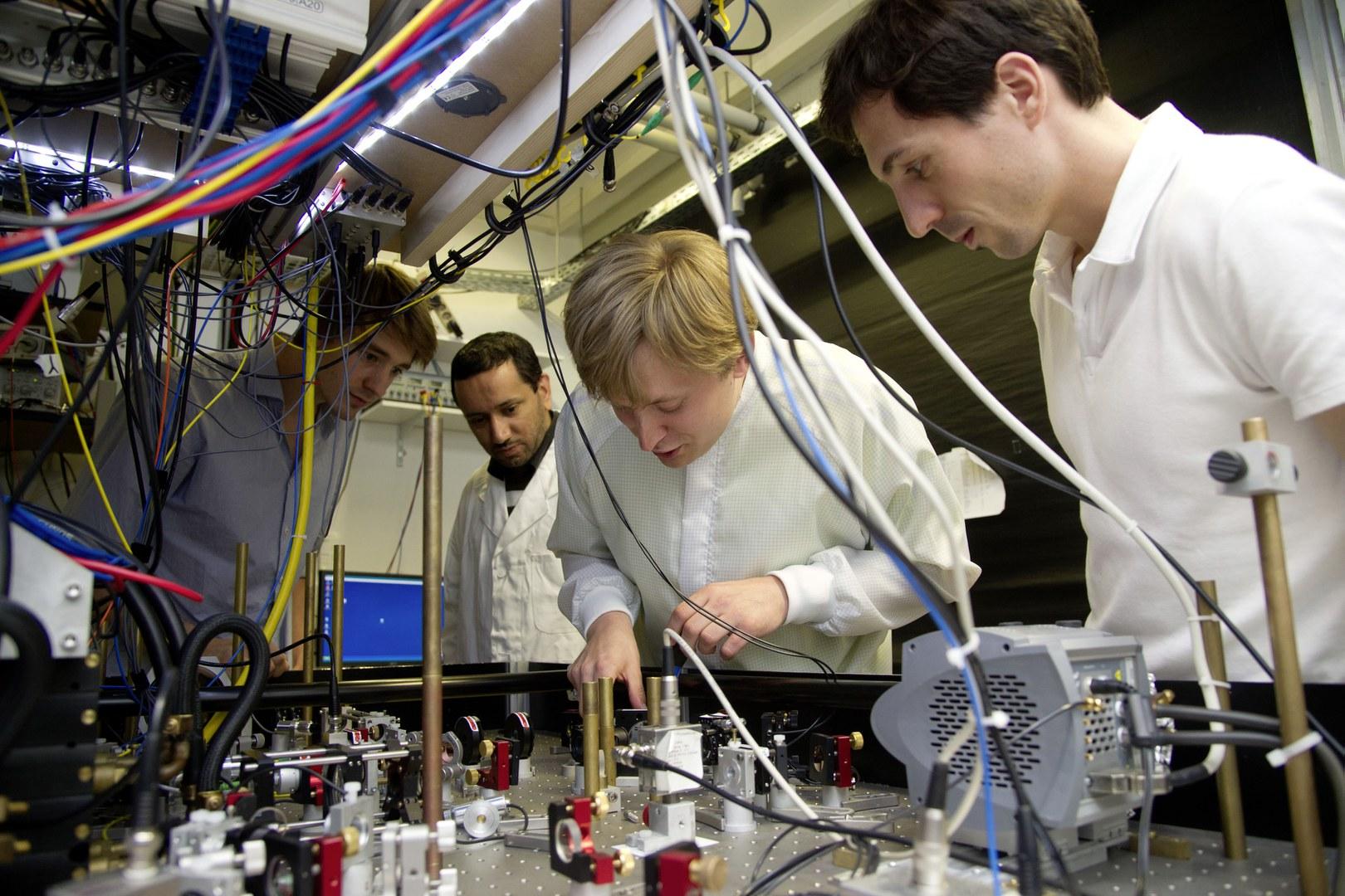 Teilen mit quantenmechanischer Präzisionsarbeit Atome: