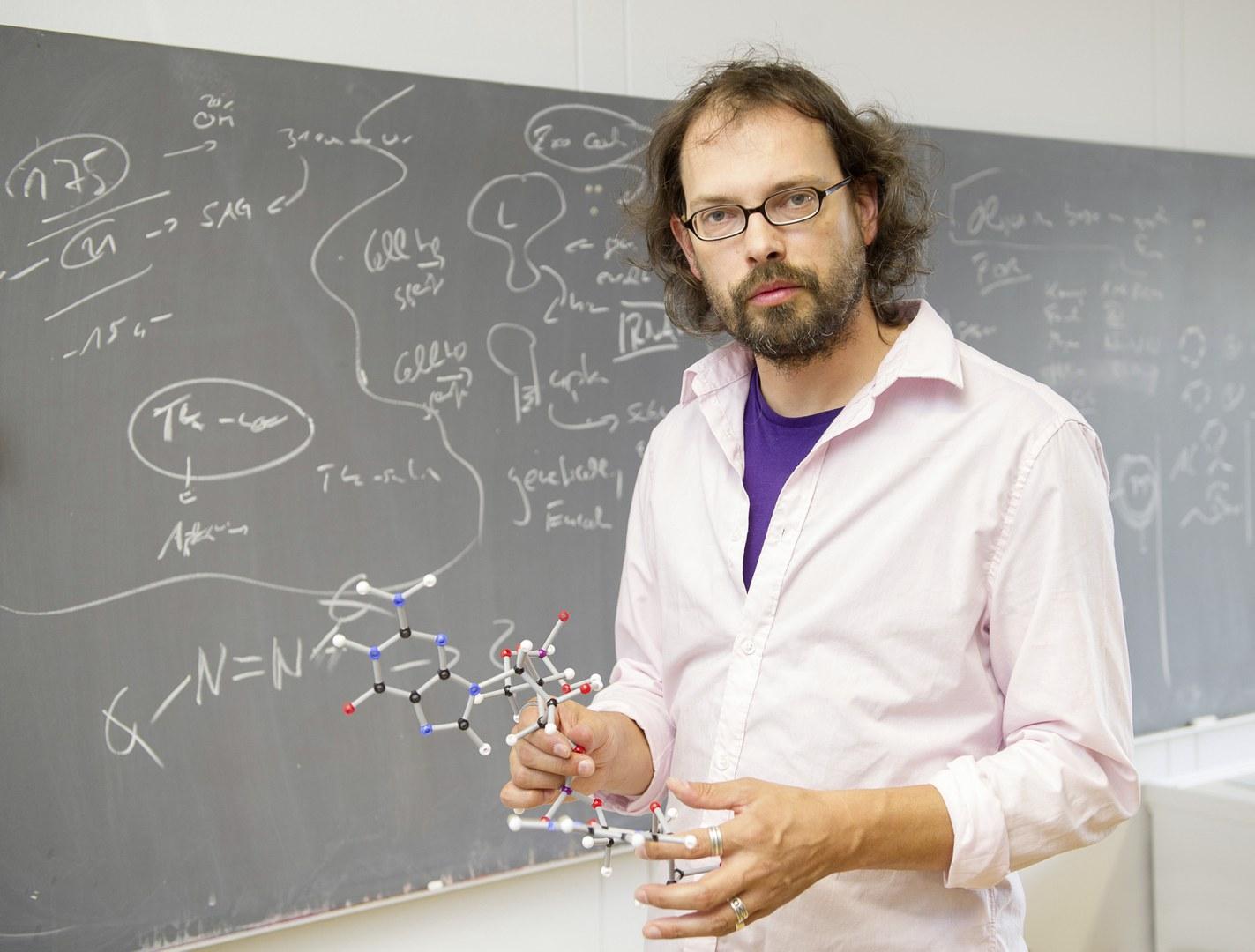 Prof. Dr. Günter Mayer an der Tafel,