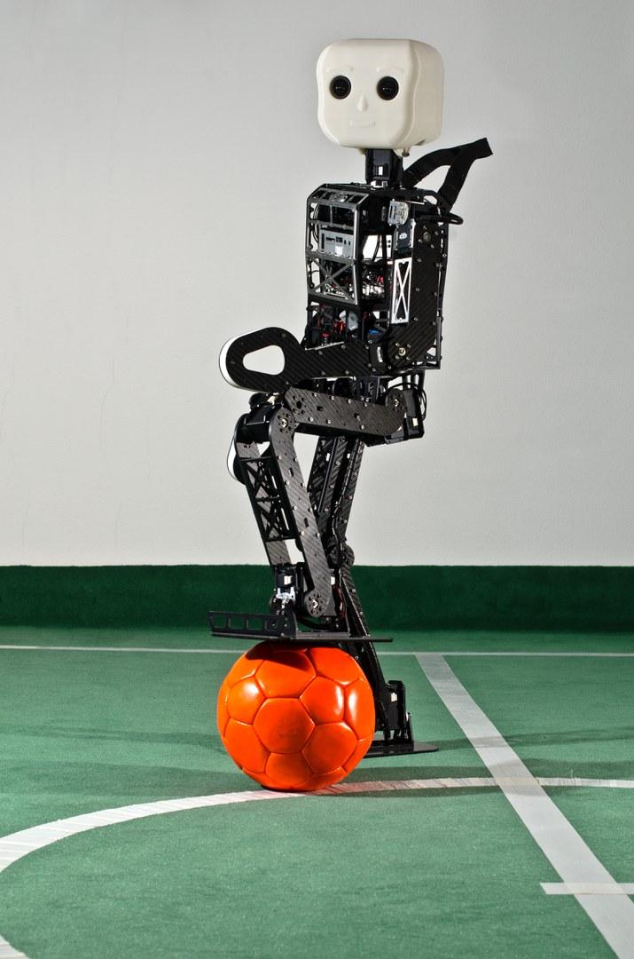 "Der neue Fußballroboter ""NimbRo-OP"""