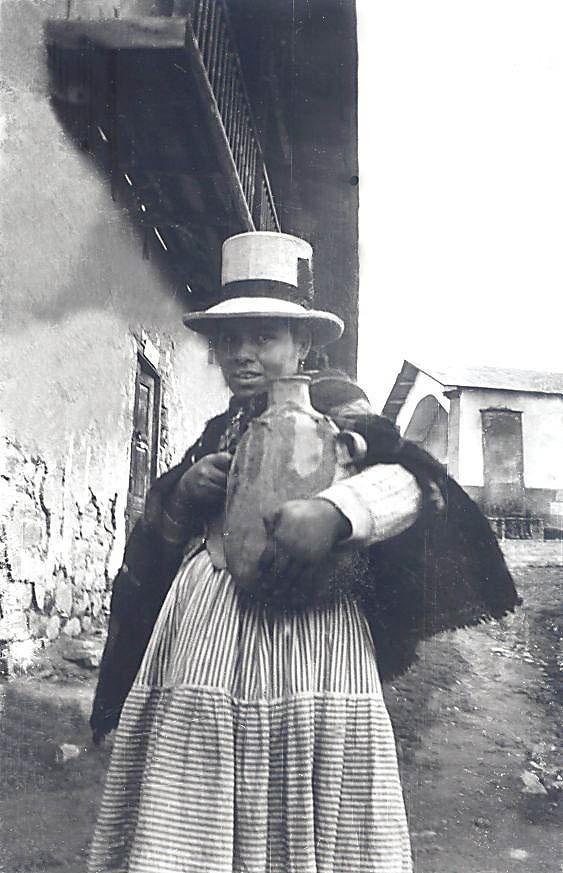 Frau mit Tonkrug