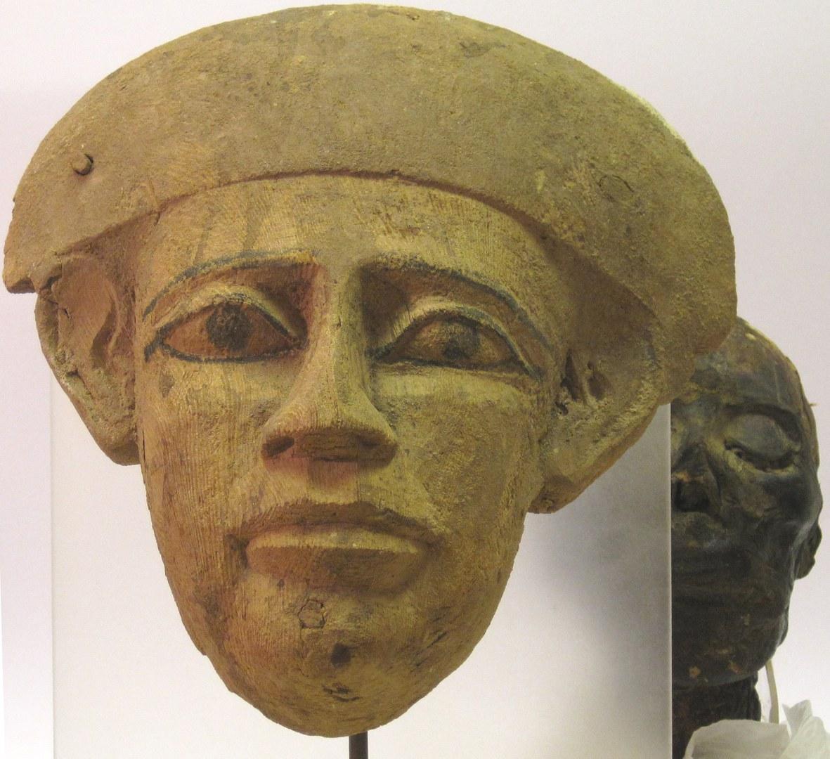 Gesichtsteil eines Sarges vor Mumienkopf