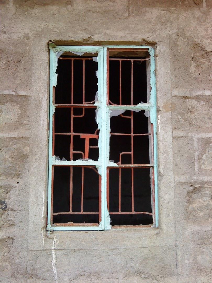 Zerschlagene Fensterscheiben,