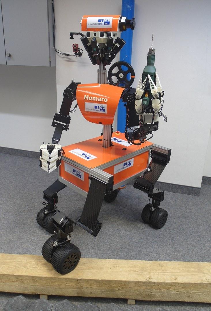 """Der mobile Manipulationsroboter """"Momaro"""""""