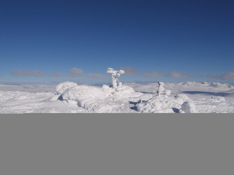 Vereiste Wetterstation im norwegischen Hochgebirge