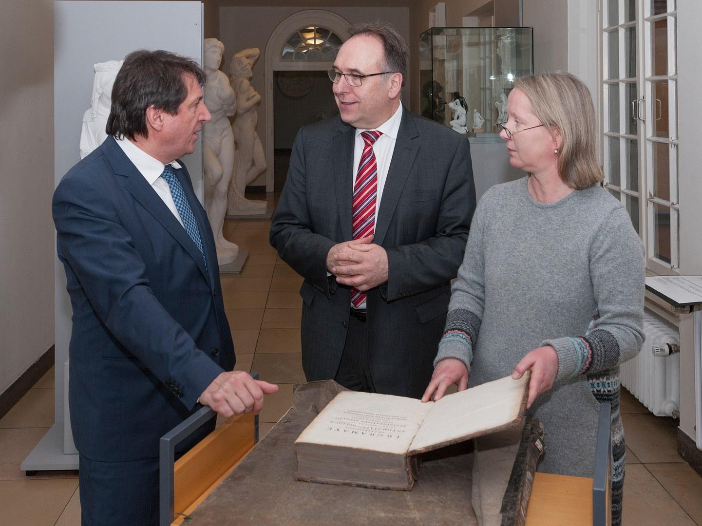 Wertvolle Bücher des Kunsthistorischen Instituts können nun restauriert werden: