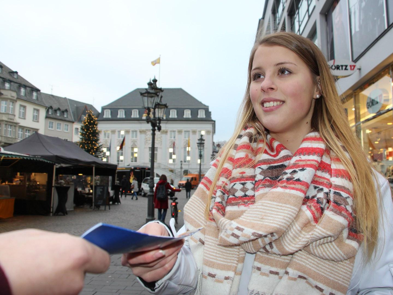 Jessica Fischbach trifft Interessierte auf dem Bonner Markt
