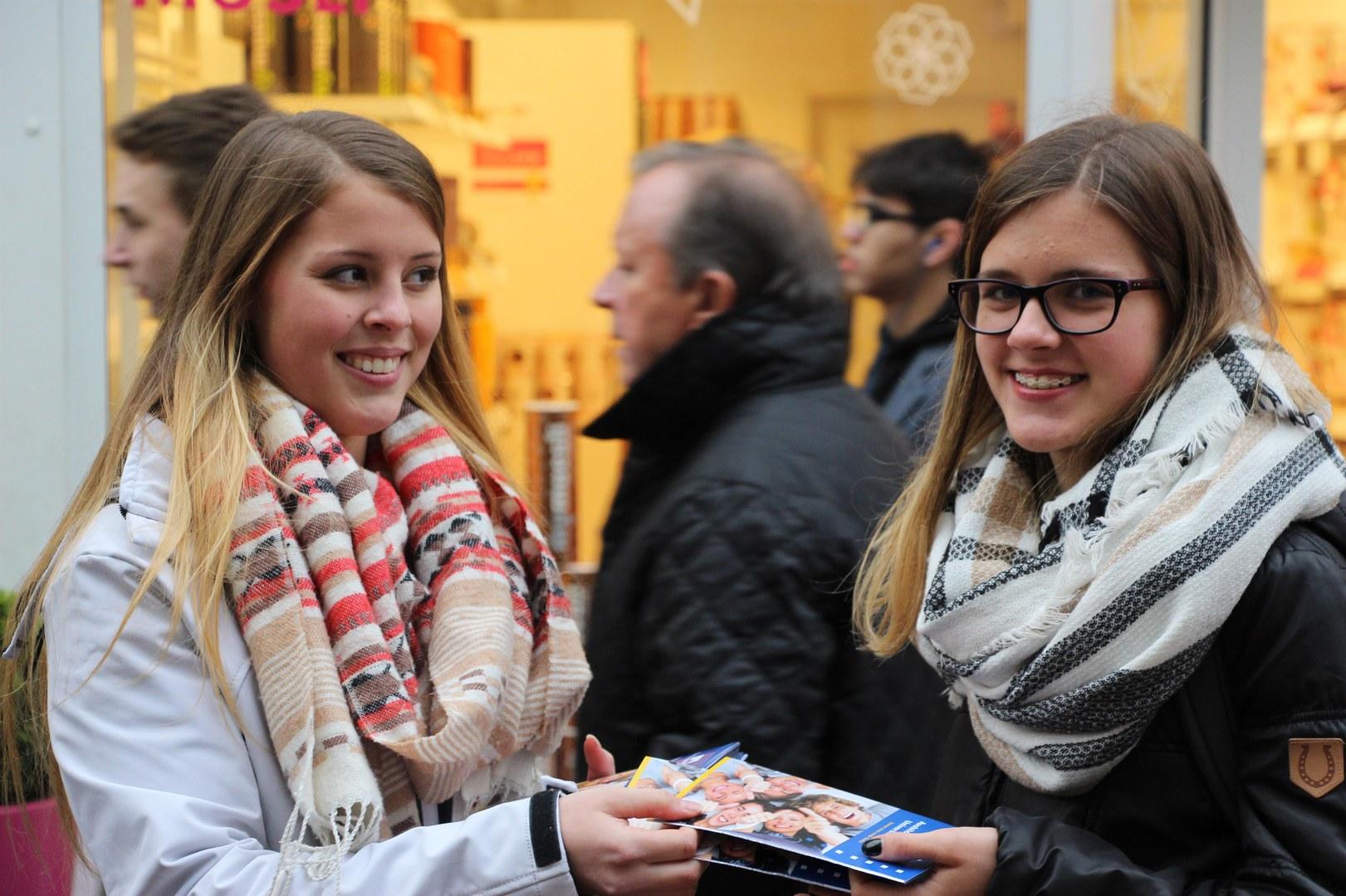 Von der Ausbildung an der Uni Bonn zu hören, macht offensichtlich gute Laune.