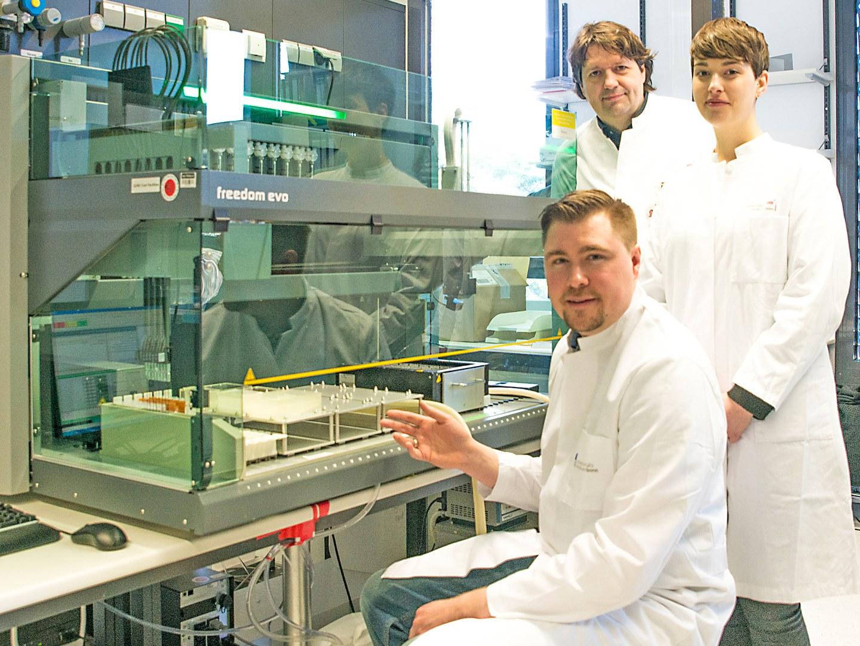 Das Forscherteam am Pipettierroboter