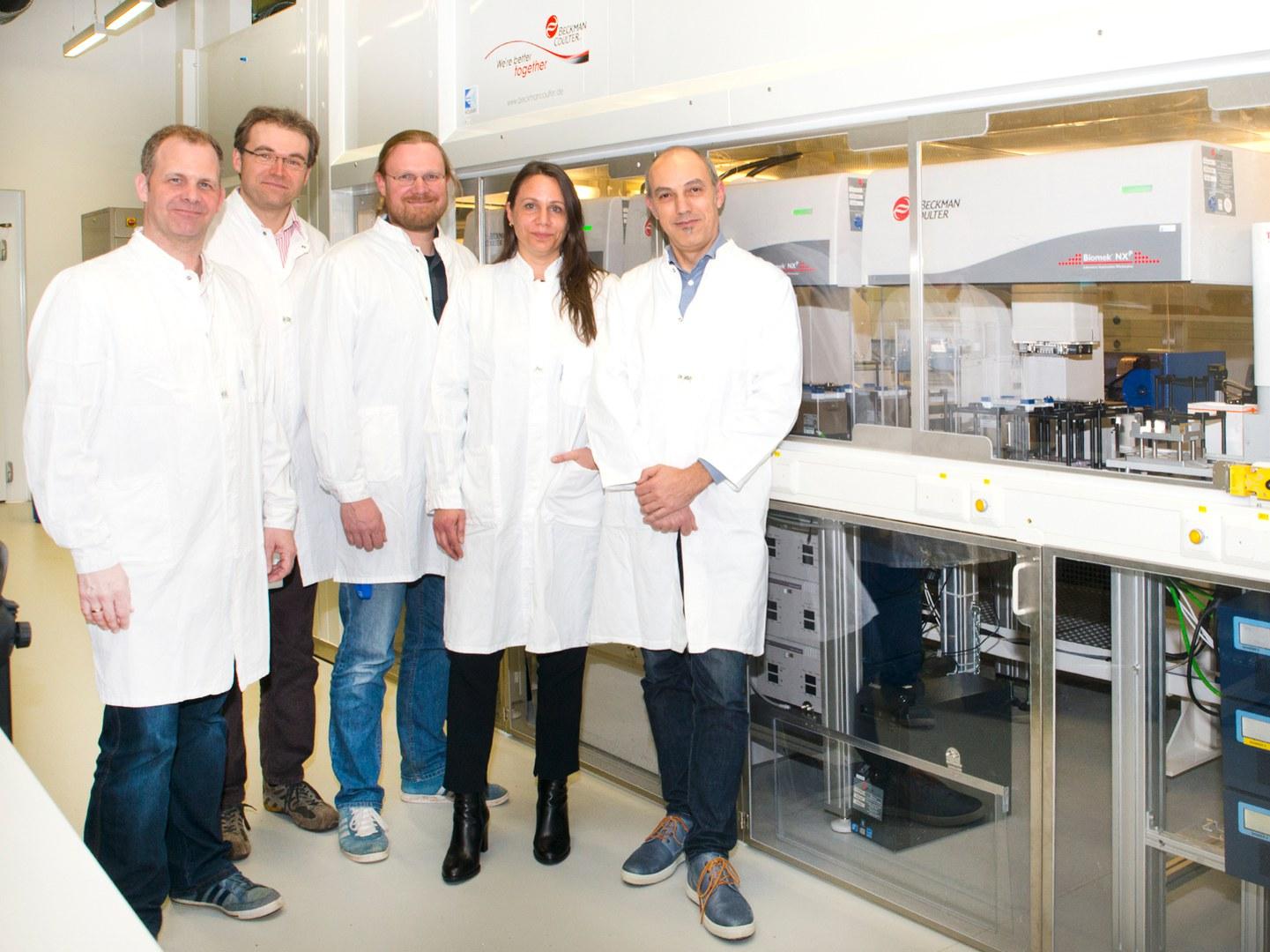 An der Robotikanlage zur vollautomatisierten Testung von Wirkstoffen