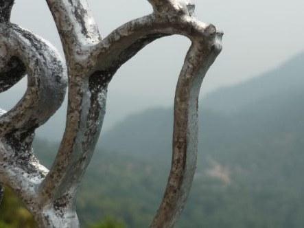 Blick durch den schmiedeeisernen Zaun