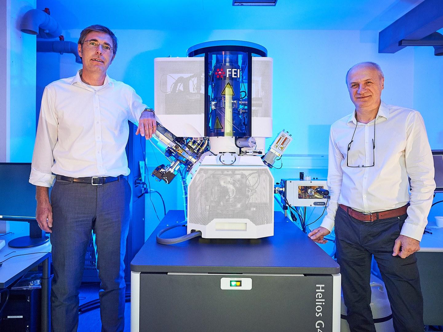 Am Elektronenmikroskop in der Pharmazie (von links):