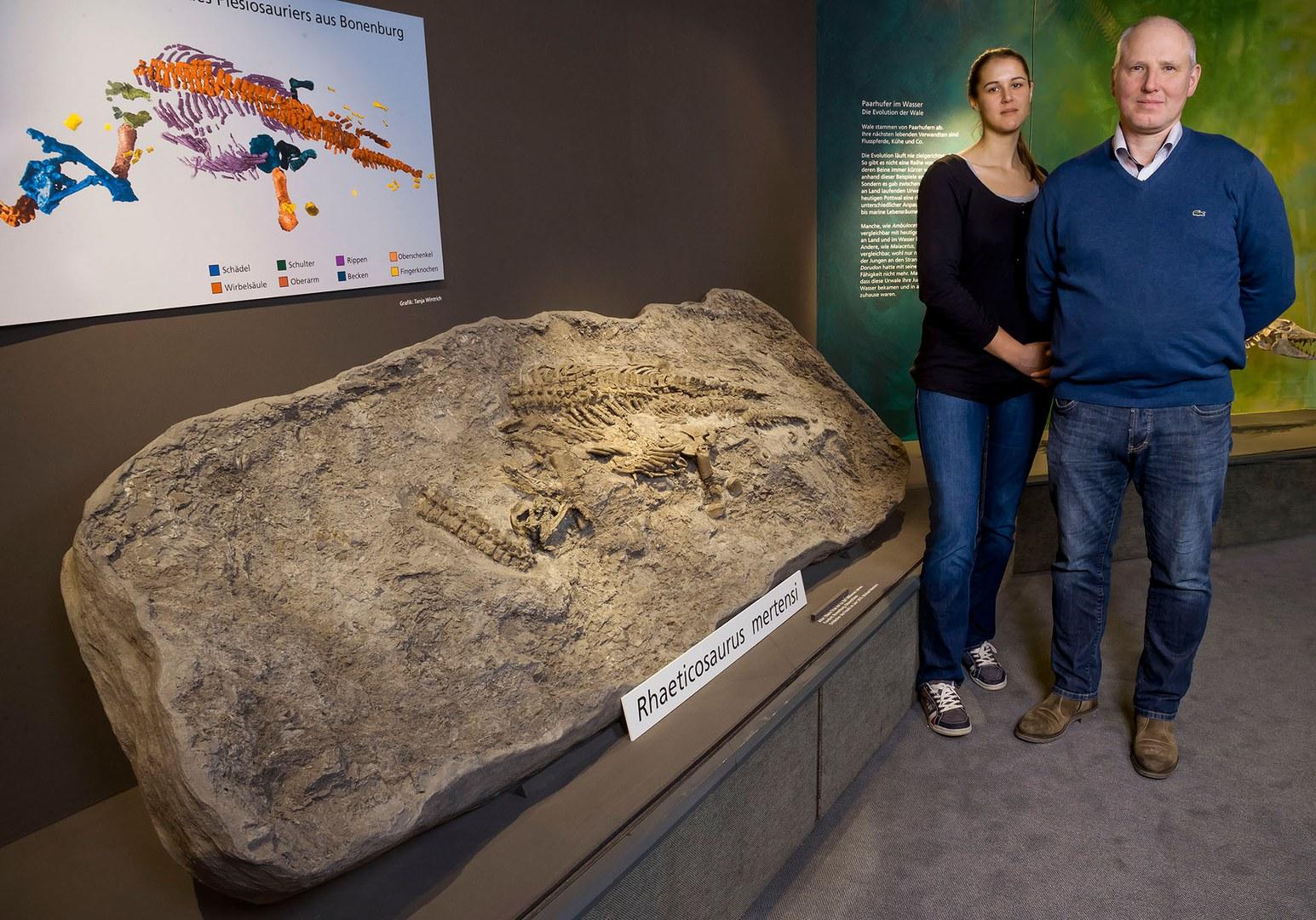 Paläontologin Tanja Wintrich von der Universität Bonn und Finder Michael Mertens