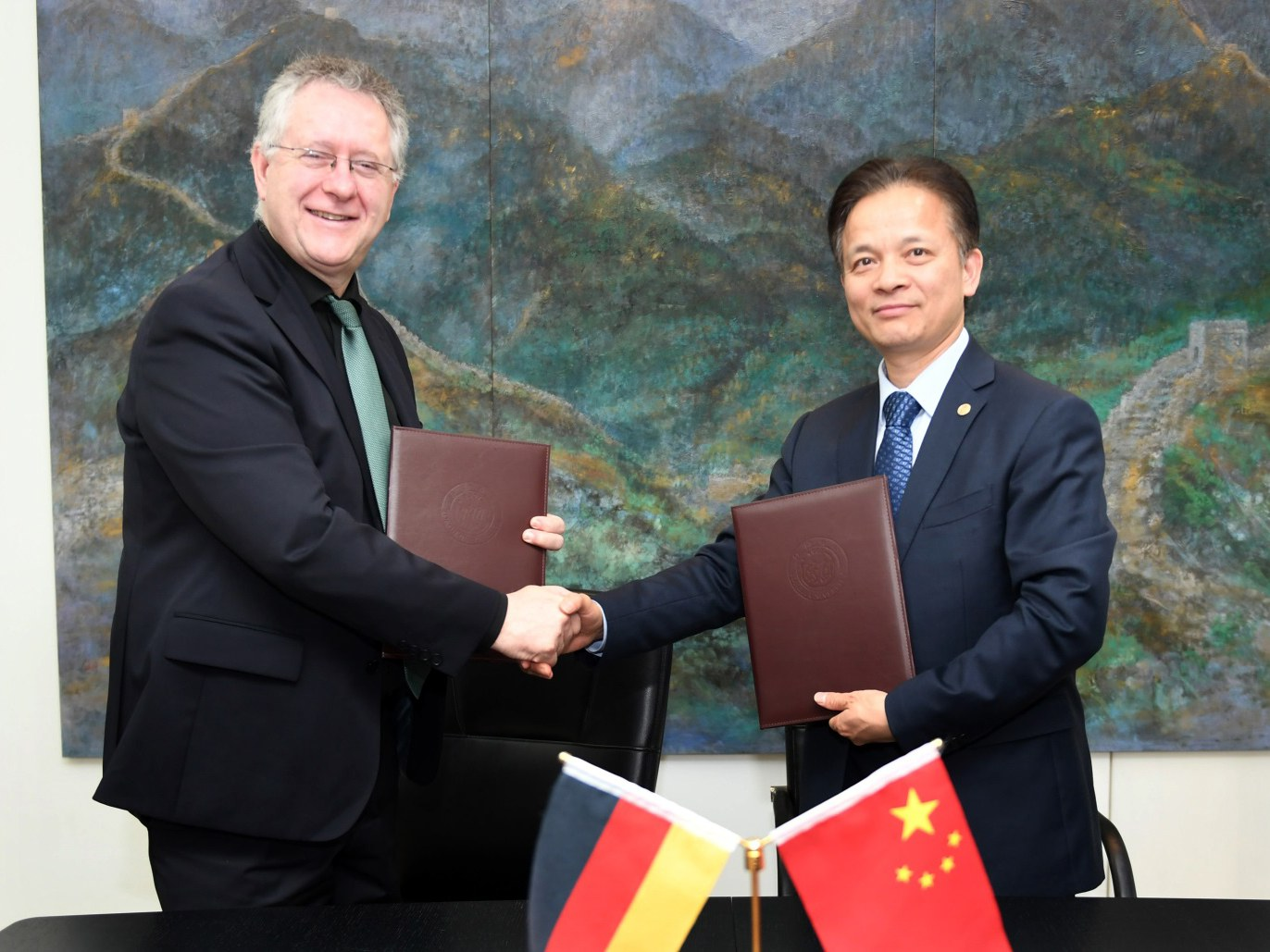 Rektor Prof. Dr. Michael Hoch und Präsident Prof. Dr. Zhihua Zhong (Tongji University)