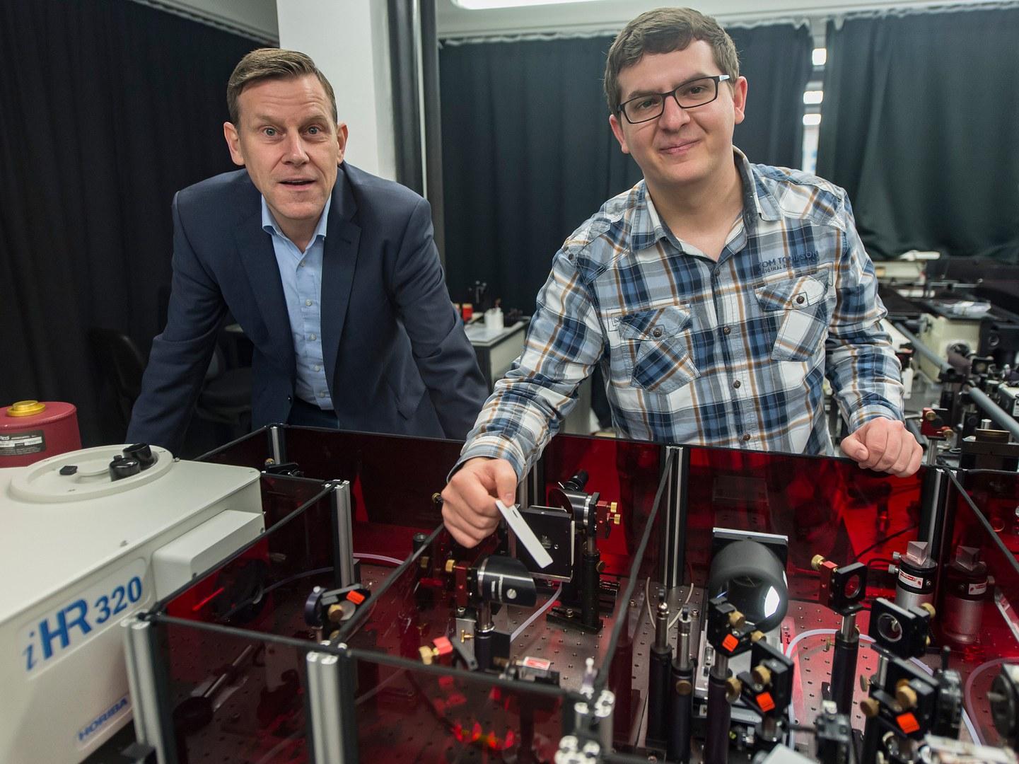 Am Laser und Infrarotspektrometer:
