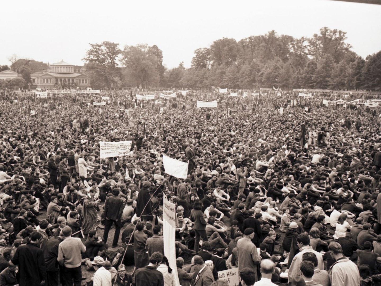 50.000 Menschen demonstrierten im Bonner Hofgarten am 11. Mai 1968.